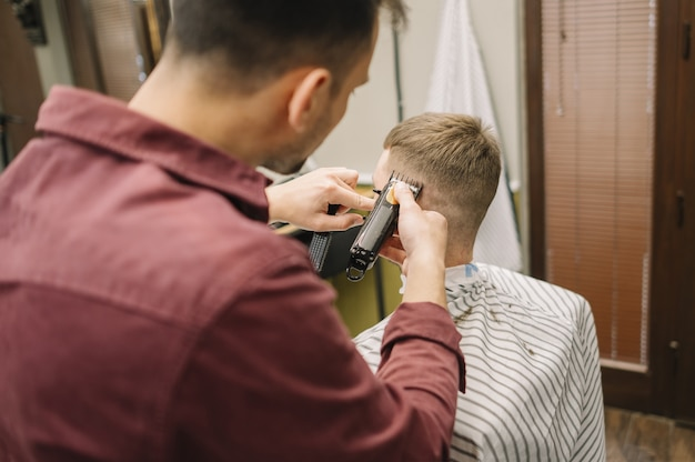 Widok fryzury z tyłu daje fryzurę