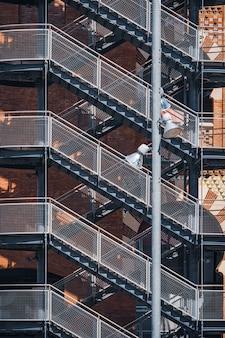 Widok geometryczny zewnętrznej klatki schodowej budynku miejskiego