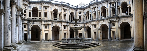 Widok głównego centralnego placu wewnątrz klasztoru chrystusa na tomar, portugalia.