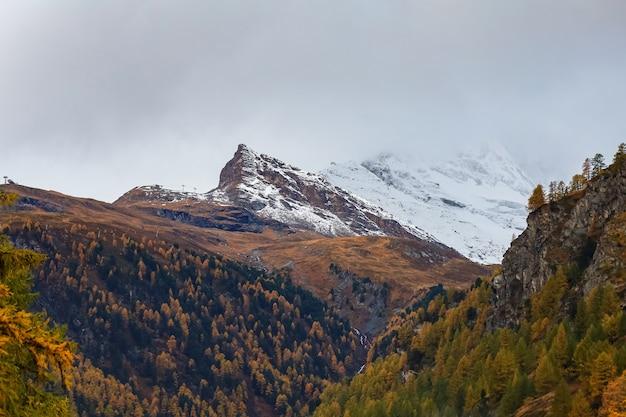 Widok górski krajobraz śniegu alp jesienią w swiss