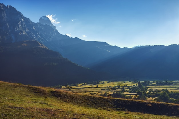 Widok górski ushba w świetle poranka