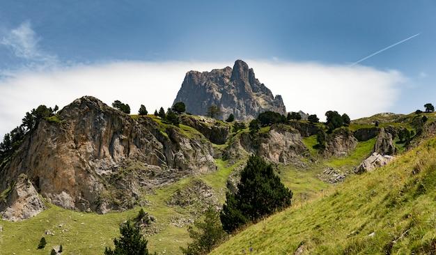 Widok góry pic du midi d'ossau we francuskich pirenejach