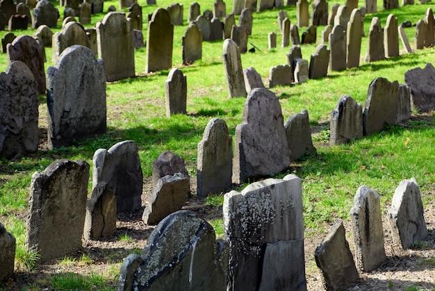 Widok grobów na spichlerzu, zakopanego, zabytkowego cmentarza w bostonie i jednej z charakterystycznych atrakcji najsłynniejszej trasy turystycznej miasta, szlaku wolności