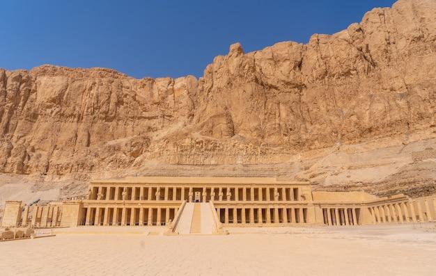 Widok grobowej świątyni hatszepsut bez ludzi w drodze powrotnej ze zwiedzania luksoru