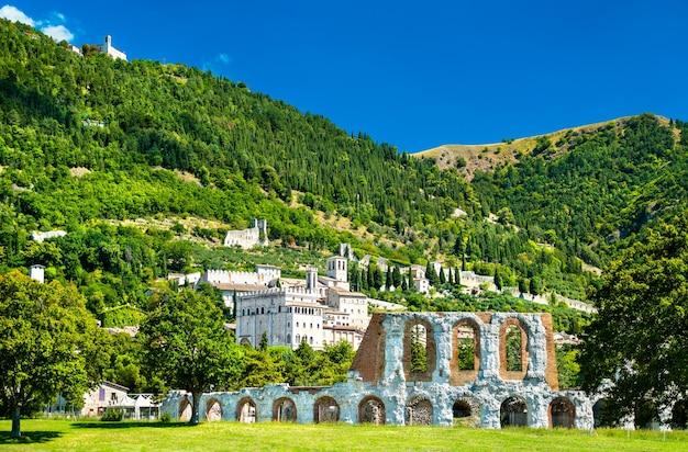 Widok gubbio z rzymskim teatrem i średniowiecznymi wieżami w umbrii, włochy