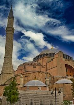 Widok hagia sophia, chrześcijańska bazylika patriarchalna, meczet cesarski i muzeum w stambule, turcja