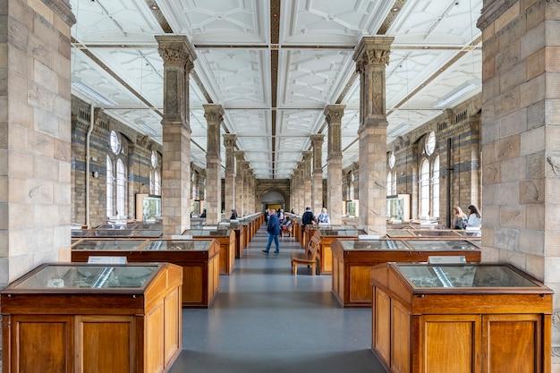 Widok hali minerałów w muzeum historii naturalnej w londynie
