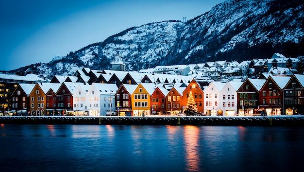 Widok hanzeatyckich domów w bergen na boże narodzenie