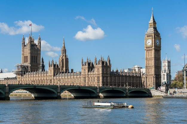 Widok house of parliament z thames river w londynie
