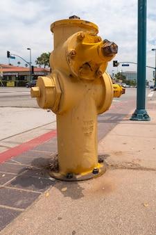 Widok hydrantu na ulicach los angeles.