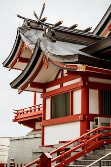 Widok japońskiej konstrukcji drewnianej z dachem i schodami