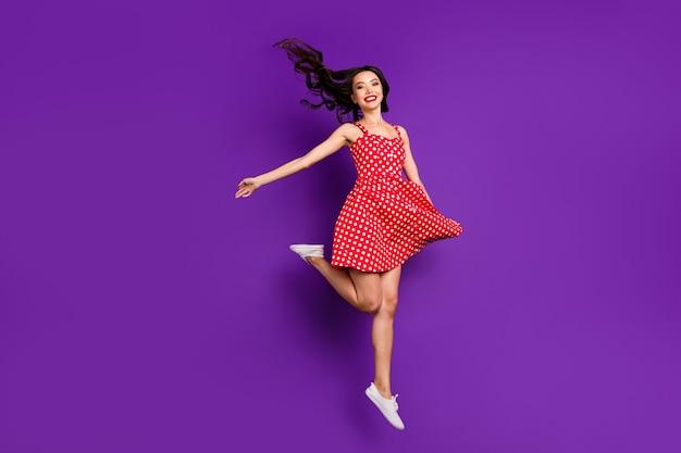 Widok jej pełnej długości ciała jest ładną, atrakcyjną, śliczną, wesołą, wesołą, falującą dziewczyną skaczącą