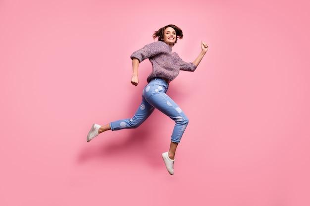 Widok jej pełnej długości ciała ona ładna atrakcyjna urocza całkiem wesoła wesoła radosna dziewczyna skacząca bieganie aktywny sportowy styl życia odizolowany na różowej pastelowej ścianie