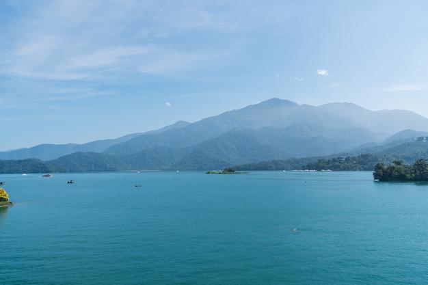 Widok jezioro w słonecznym dniu.