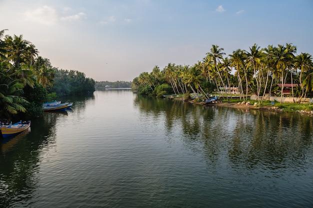 Widok kanał z łodziami na zmierzchu.