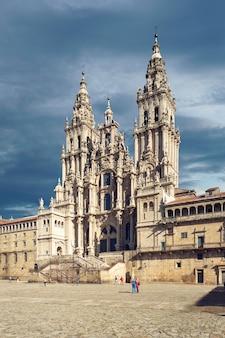 Widok katedry santiago de compostela z placu obradoiro