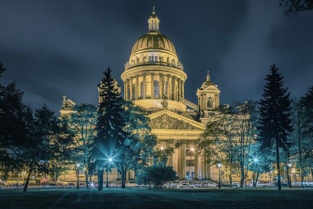 Widok katedry św. izaaka w jesienny wieczór