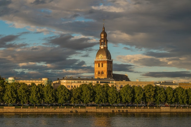 Widok katedry w rydze od strony rzeki