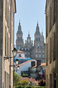 Widok katedry w santiago de compostela przez ulicę miasta.