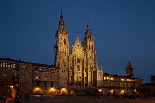 Widok katedry w santiago de compostela w nocy