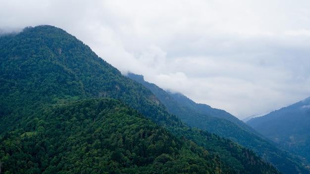 Widok kazbegi, gruzja. piękne naturalne górskie tło. lato