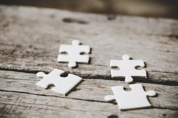 Widok kilku białych puzzli z bliska