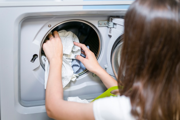 Widok kobiet robi pranie z tyłu