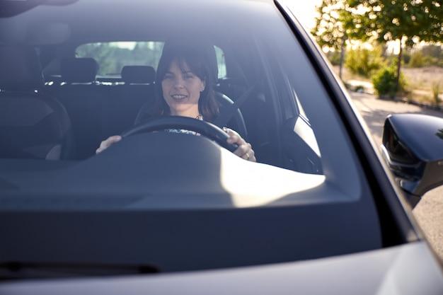 Widok kobieta jedzie jej samochód