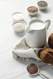 Widok kokosowego mleka i nasion