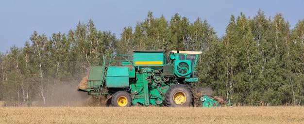 Widok kombajnu tnącego pszenicę i zbierającego ziarno