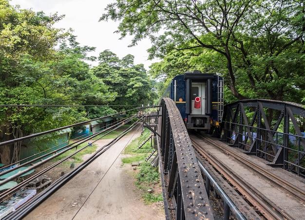 Widok końca pociągu turystycznego.