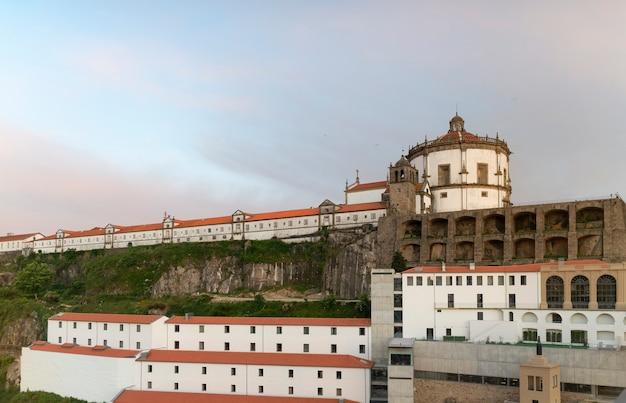 Widok kościoła i klasztoru serra do pilar o zachodzie słońca, vila nova de gaia, porto, portugalia