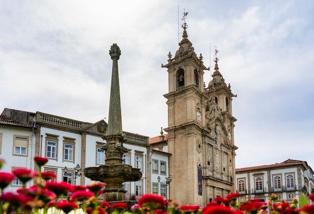 Widok kościoła santa cruz w braga portugalia.