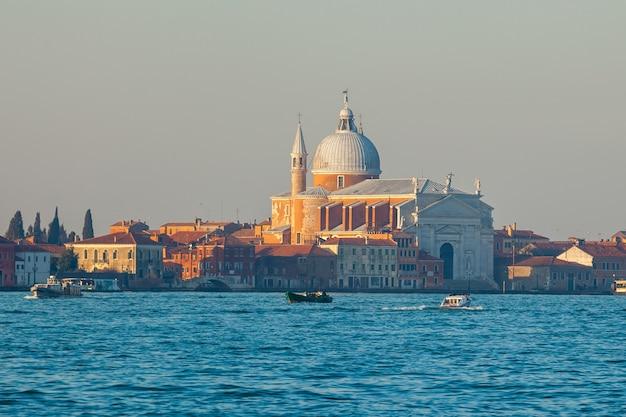Widok kościoła santissimo redentore na wyspie giudecca w wenecji, włochy.