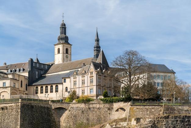 Widok kościoła św. michała w mieście luksemburg