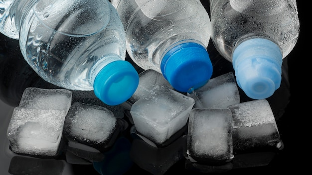 Widok kostek lodu i butelek wody