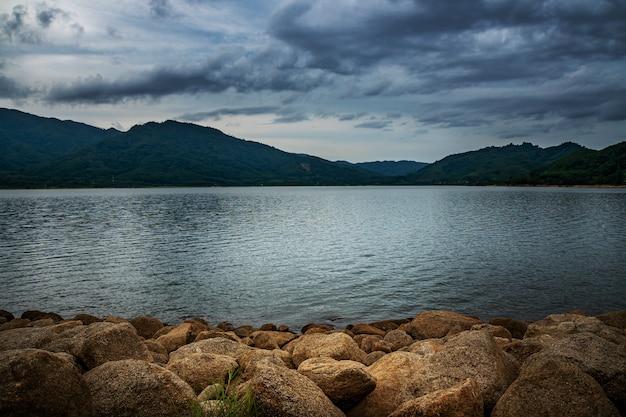 Widok krajobrazowa natura w burzy i rzece w deszczu i niebie
