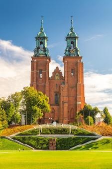 Widok krajobrazowy królewskiej katedry gnieźnieńskiej bazylika katedralna wniebowzięcia nmp i św. wojciecha polska