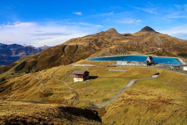 Widok krajobrazowy mini błękitny basen na wzgórze górze w jesieni naturze i środowisko przy interlaken, szwajcar