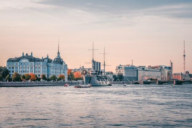 Widok krążownika aurora od strony newy wieczorem. pancernik wzniecił wielką październikową rewolucję komunistyczną w 1917 roku. sankt petersburg.