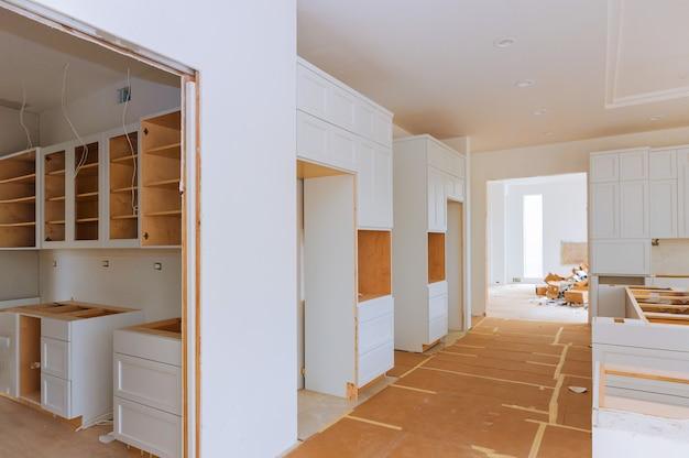 Widok kuchni poprawy domu zainstalowany w nowej szafce kuchennej