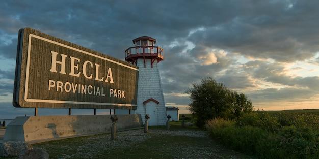 Widok latarnia morska przeciw chmurnemu niebu, hecla-grindstone prowincjonału park, riverton, manitoba, kanada