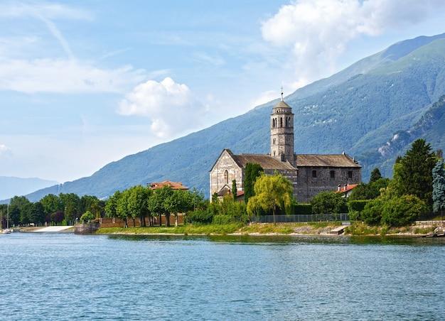 Widok latem brzegu jeziora como (włochy) z kościołem z pokładu statku