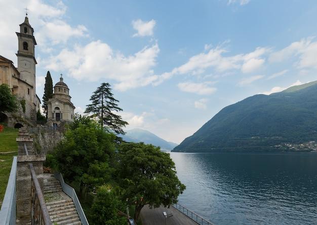 Widok latem wybrzeża jeziora como (włochy) z kościołem