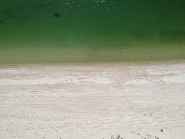 Widok latem z lotu ptaka pustej plaży morza azowskiego, ukraina