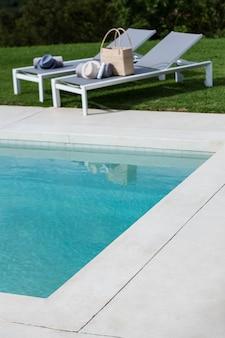 Widok leżaków przy basenie