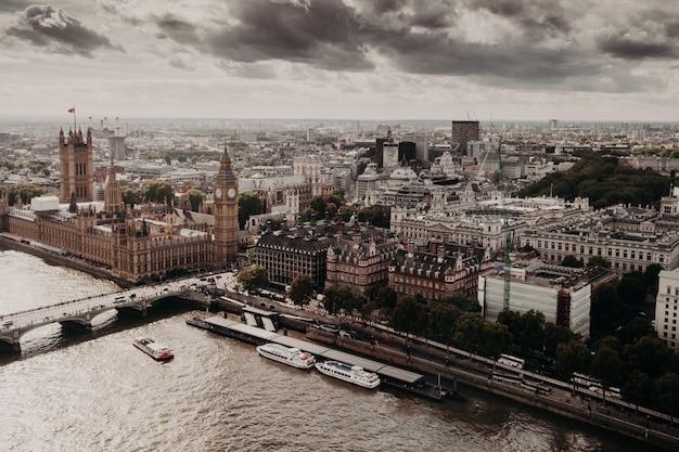 Widok londynu ze słynnymi budowlami: big ben, pałac westmisnter, westmisnter bridge