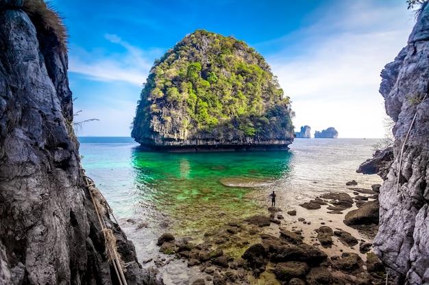 Widok majowie zatoka, phi phi wyspa, tajlandia
