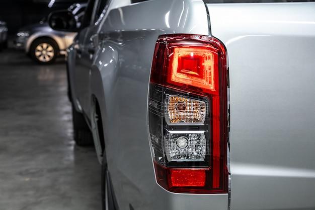 Widok makro nowoczesnych srebrnych świateł ksenonowych samochodowych tylnych świateł, zderzaka, tylnej pokrywy bagażnika zewnętrzna część nowoczesnego samochodu