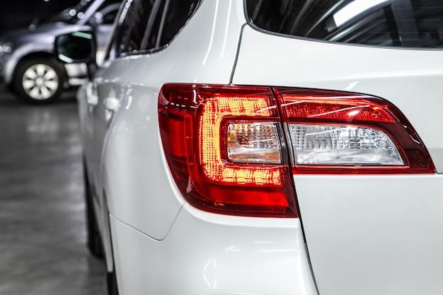 Widok makro współczesnego białego ksenonowego światła tylnego, zderzaka, tylnej klapy bagażnika. zewnętrzna część nowoczesnego samochodu